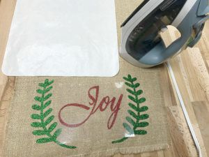 how to decorate a burlap table runner for Christmas
